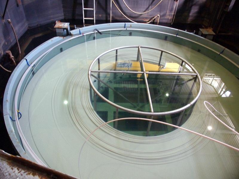 無外装ケーブルの状態で、タンクに水を入れて光学的な試験や電圧をかけての試験などを行う