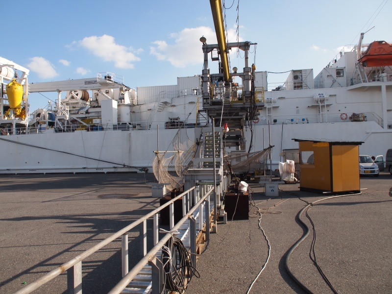 敷設船にケーブルが積み込まれる