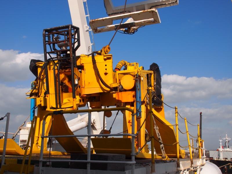 海底の下にケーブルを埋設するロボット「Cable Plow-II」