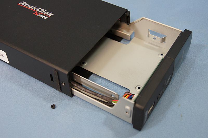 キットモデルの場合は、HDDを自分で装着する。底面のネジを外せばケースが開く