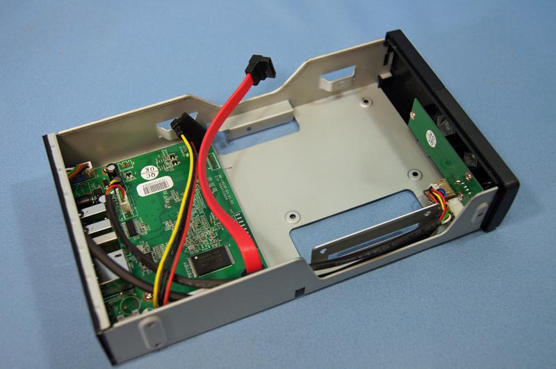 HDDを装着してケーブルをつなぐだけと簡単。2.5インチHDDも装着可能