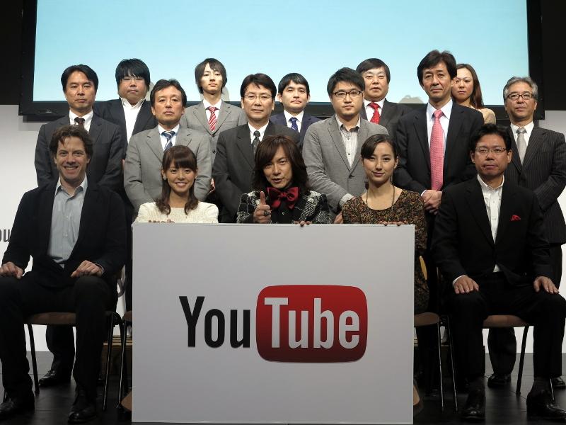 前列は左からYouTubeアジアパシフィック統括のアダム・スミス氏、フジテレビの宮澤智アナ、タレントのダイヤモンド・ユカイ氏、TBSの加藤シルビアアナ、グーグル執行役員の水野有平氏