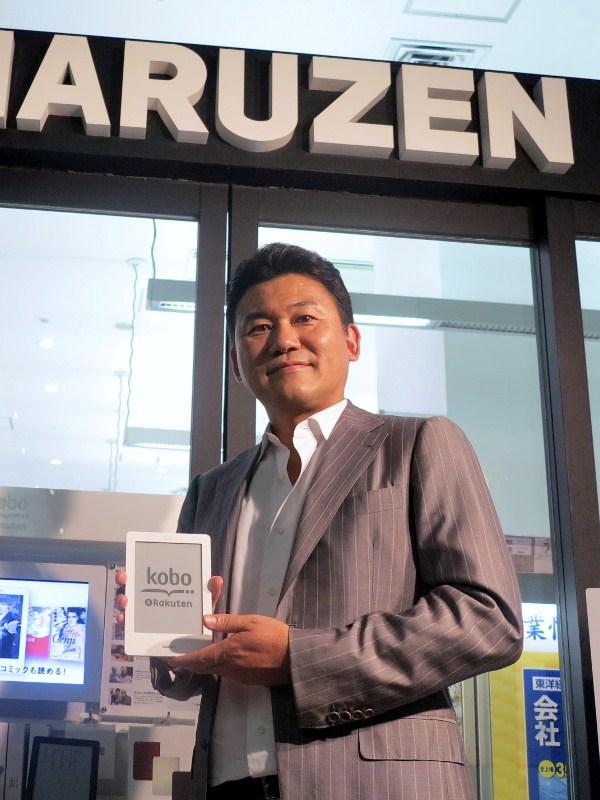 「kobo Touch」発売前日に店頭販売を行った楽天の三木谷社長(7月18日本誌記事より)