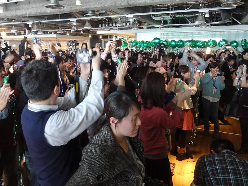 「LINE」1億ユーザー突破を祝い、クラッカーを鳴らす関係者の皆さん