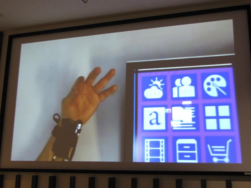 マイクロソフト リサーチの研究成果「Digits」。手首に巻いたセンサーが手の動きを感知する