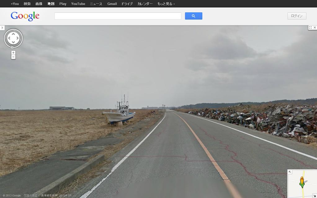 「ここは、太平洋から1kmほどの地域です。左側の奥には請戸小学校が見えます。震災前の請戸漁港には約140艘の漁船があり、500軒ほどの漁師町で賑わっていました。請戸地区は、浪江町の中でも津波被害が甚大な地域ですが、警戒区域のため道路脇にガレキを集めることしかできていません。」(馬場町長のコメントより。画像提供:Google)