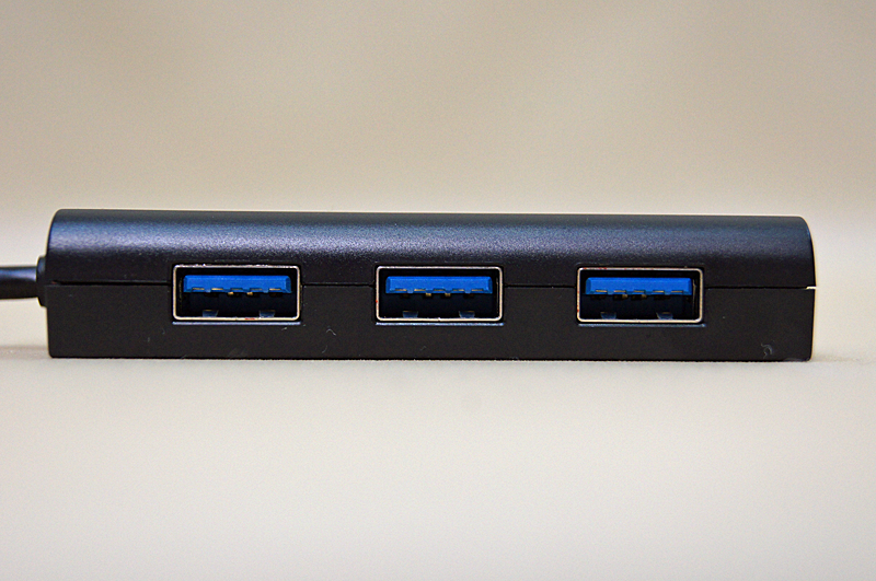 USBハブは3ポートを搭載。すべてUSB3.0対応
