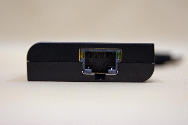 LANは1000BASE-T対応。動作を示すランプは右上と左上に搭載