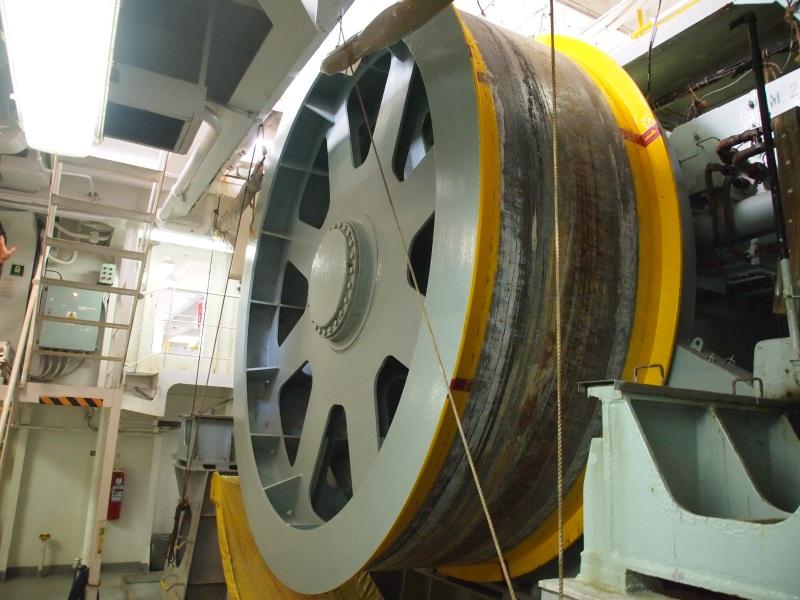 ケーブルを引き上げるドラムケーブルエンジン