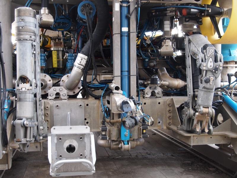 作業用のマニピュレーターやセンサーなどが搭載されている