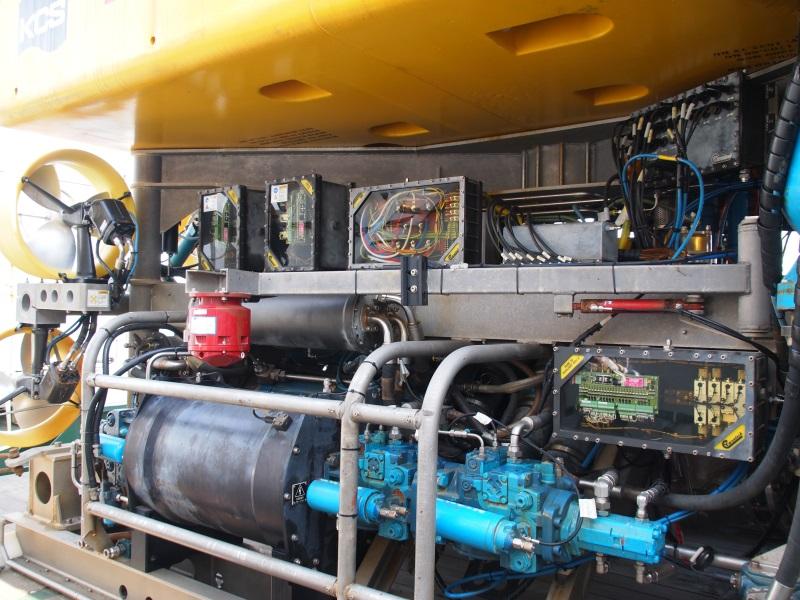 側面部。制御機器などは水圧に耐えるため油没ケースに収められている