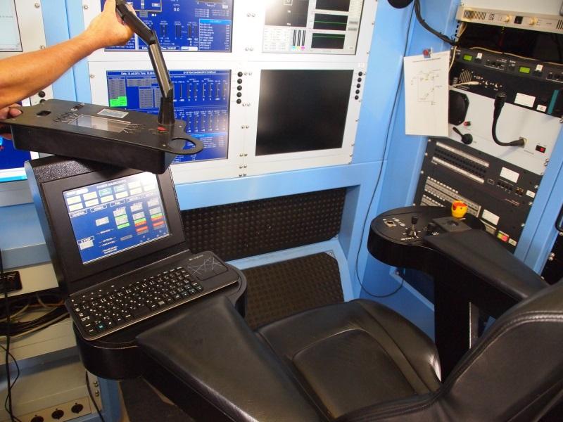 座席からロボット自体を操縦し、マニピュレーターには専用のコントローラーがある