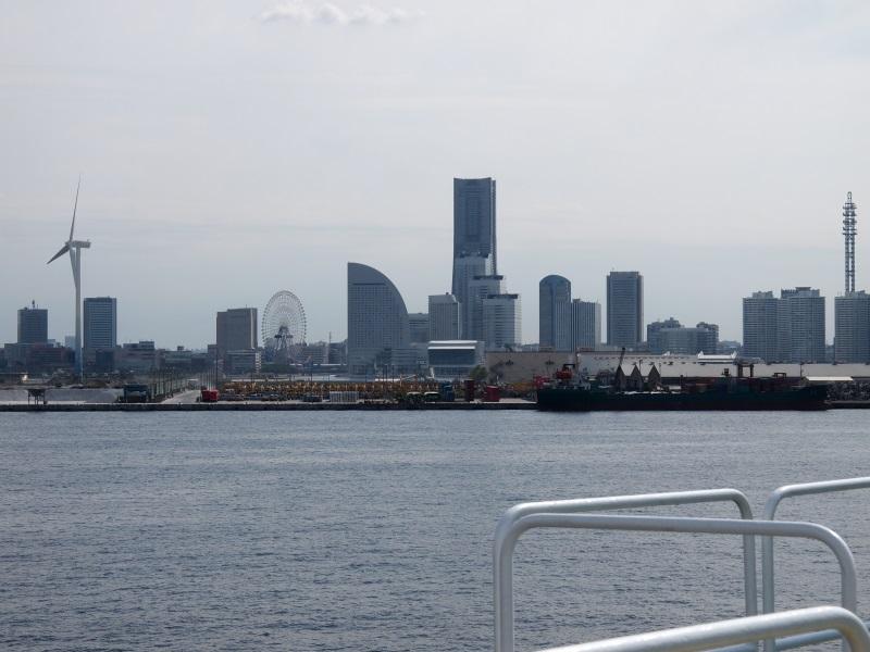 KDDIオーシャンリンクの母港は横浜。船からはみなとみらいやベイブリッジが見える