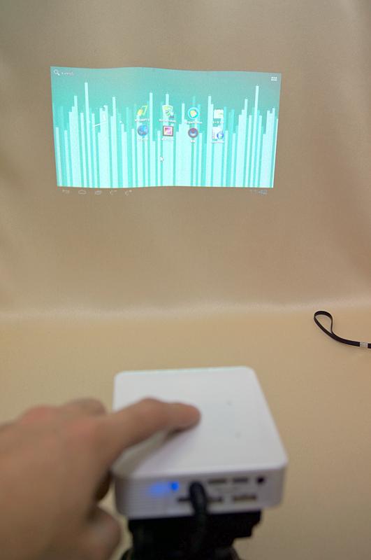 表示された画面を見ながら、上部のタッチパッドで操作する