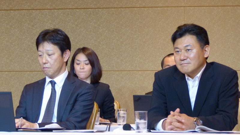 楽天株式会社の三木谷浩史代表取締役会長兼社長(右)と、常務執行役員の高橋理人氏(左)