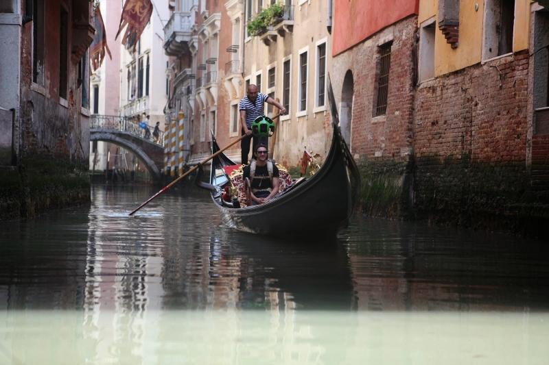 ゴンドラに揺られて休憩する撮影スタッフ。ストリートビューの写り込みから判断するに、実際の撮影ではもう少し大きな船に乗っていたようだ(Google公式ブログより画像転載)