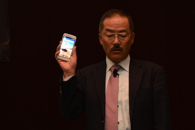「AQUOS PHONE for BIGLOBE」を紹介する古関氏