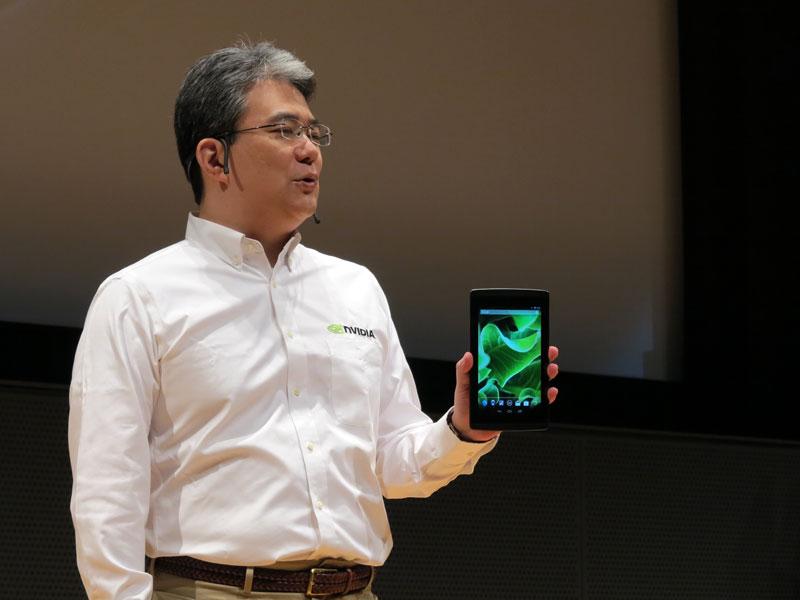 Tegra Note 7を手にするエヌビディア(NIVIDIA) マーケティング本部長の林憲一氏