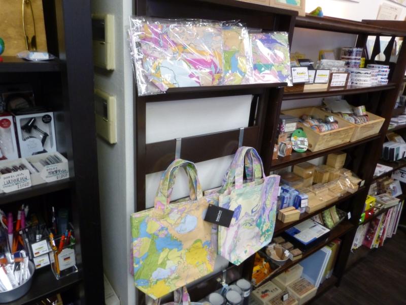 「Geological Textile」シリーズのハンカチ(1300円)、トートバッグ(2100円)、ポーチ(900円)