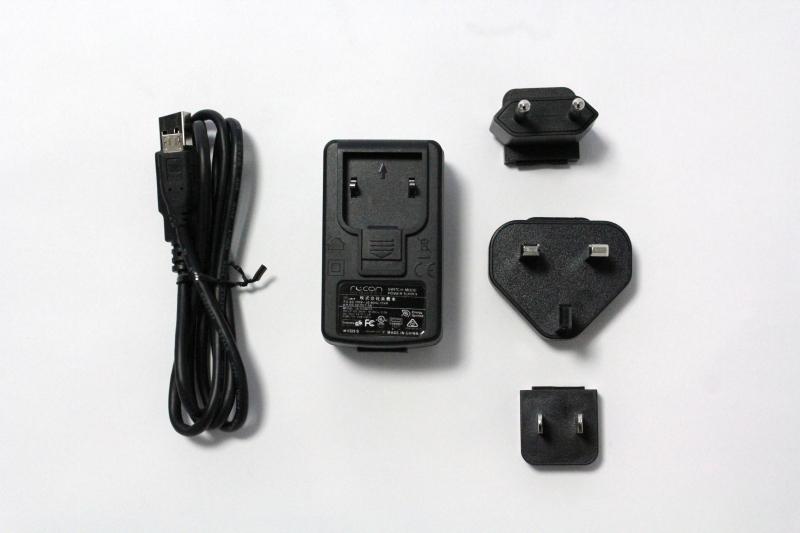 付属のACアダプターとUSBケーブル。ACアダプターには北米・日本用、UK用、EU用の3種類のプラグが付属する