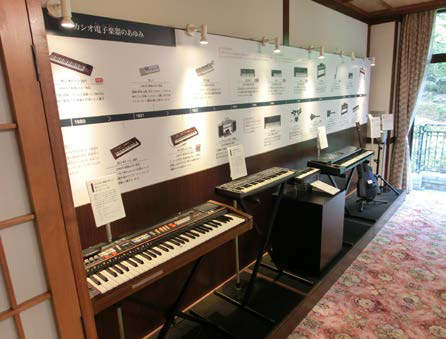 樫尾俊雄発明記念館には今回、「時の部屋」(左)のほか、「音の部屋」(右)も新設。音楽キーボード「カシオトーン」を展示している