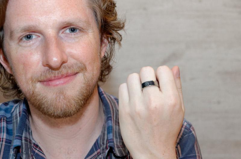 指にはめていたNFC内蔵の指輪を見せてくれた