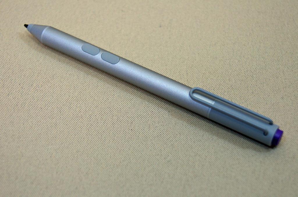 付属のペン。ボタンが側面に2つ、上部に1つ搭載されている