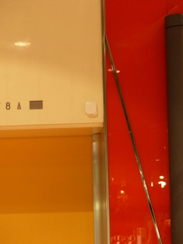 エレベーター乗降口にも取り付けられた