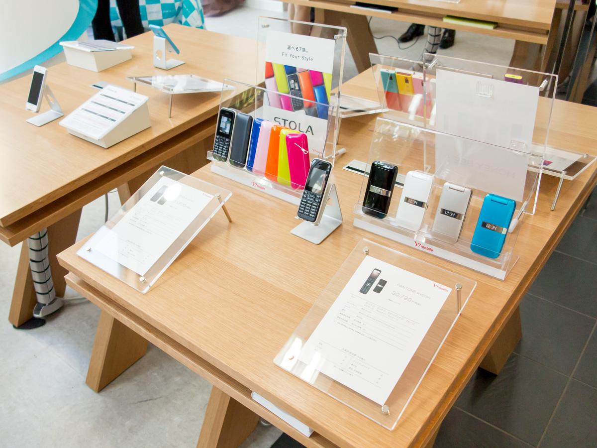 ソフトバンクのスマートフォンも取り扱う。iPhone 6/6 plusは2~3日中に入荷するとのこと