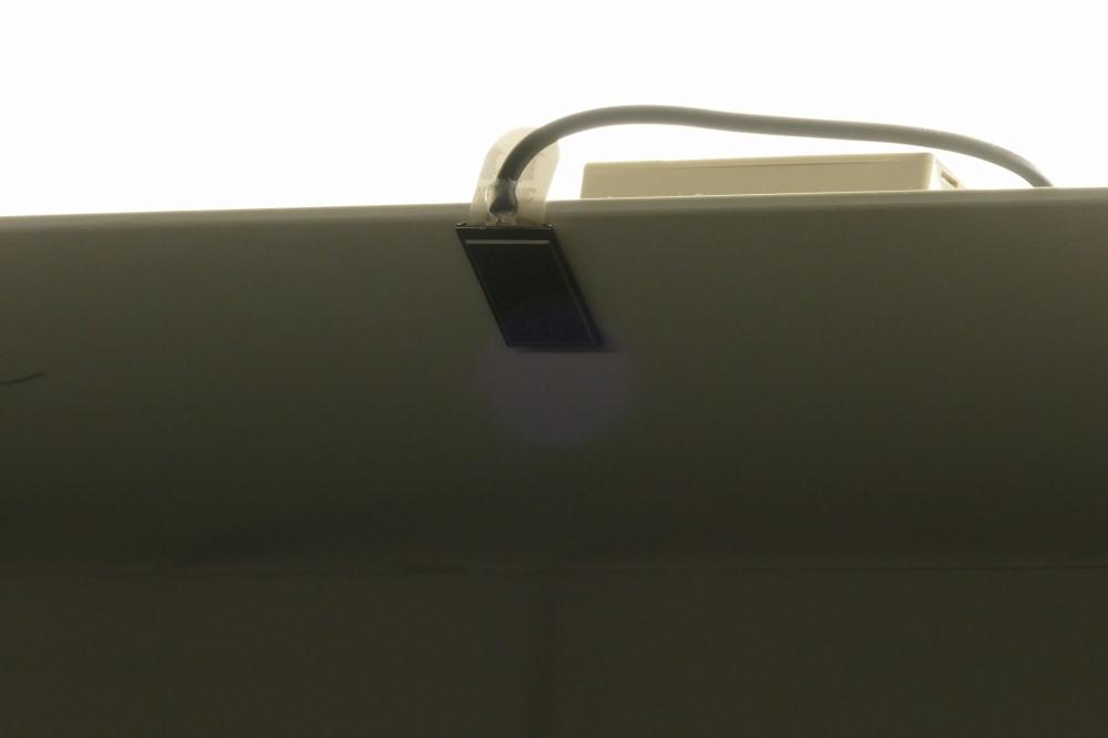 天井付近左右に取り付けられた非可聴音のスピーカー