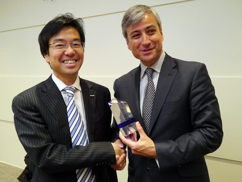 2012年3月に、日本マイクロソフトへの入社5年目を迎えた記念のトロフィーを手渡される樋口氏【左】。渡しているのは、米Microsoft インターナショナル プレジデントのジャンフィリップ クルトワ氏