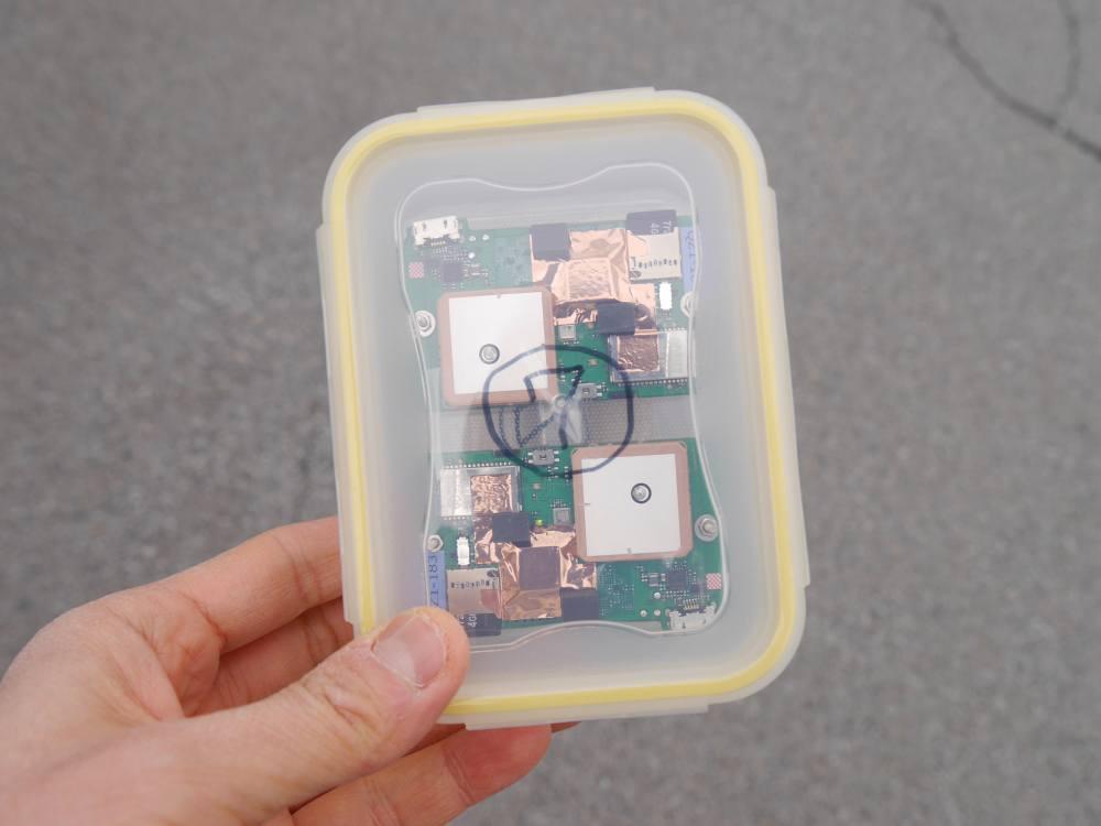 プラスチックケースに収納されたQZSS受信機
