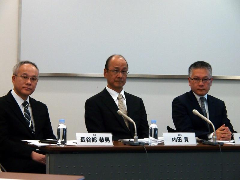 (左から)有識者会議委員の長谷部恭男氏(早稲田大学大学院法務研究科教授)、委員長の内田貴氏(東京大学名誉教授、弁護士)、別所氏
