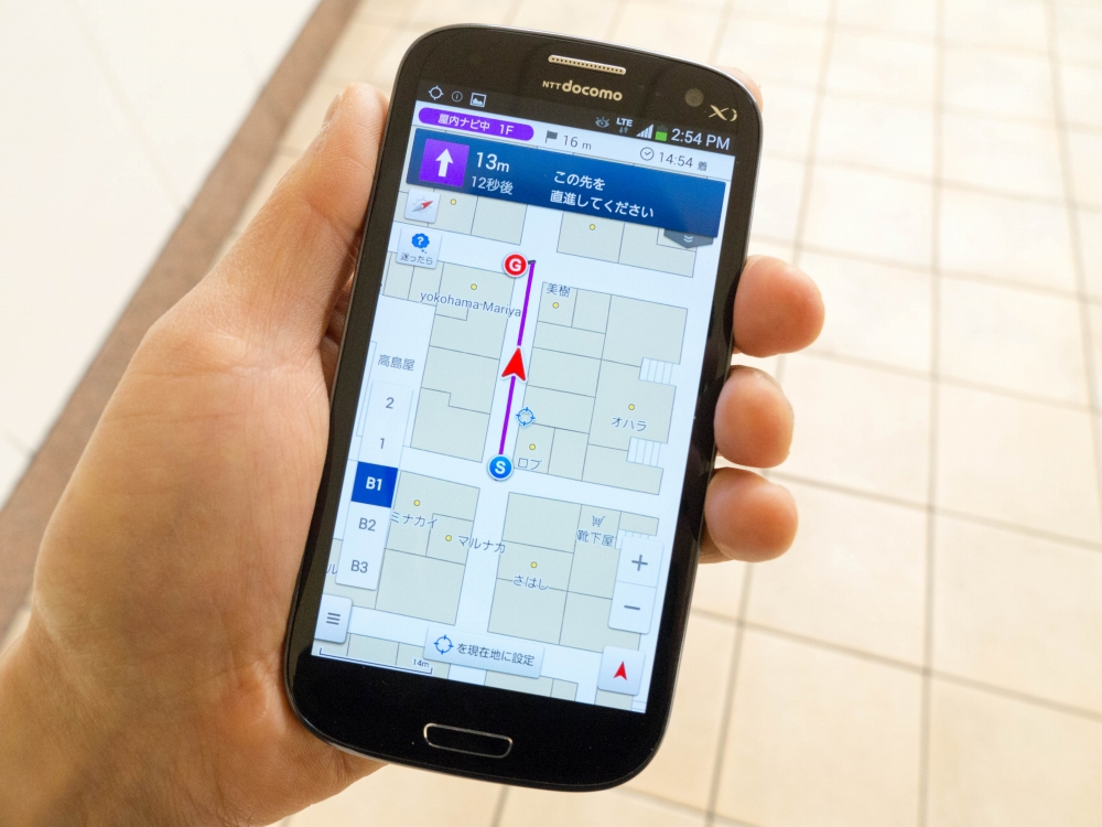 「ドコモ地図ナビ powered by いつもNAVI」で提供される屋内での歩行者向けナビゲーションサービス。端末は、同サービスの対応機種の1つである「GALAXY S3α(SC-03E)」