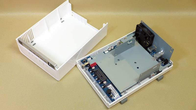 ケースを開けてハードディスクを装着する
