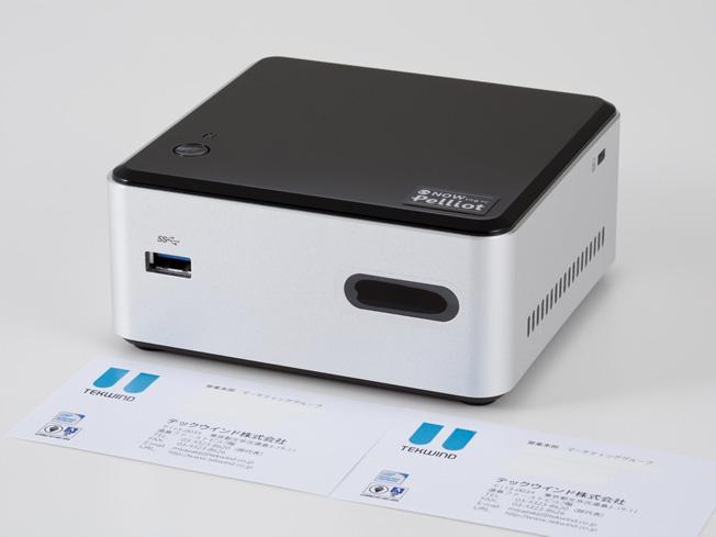 クライアントPCの「NOWing PC Pelliot」。名刺との比較でも、そのサイズがわかる