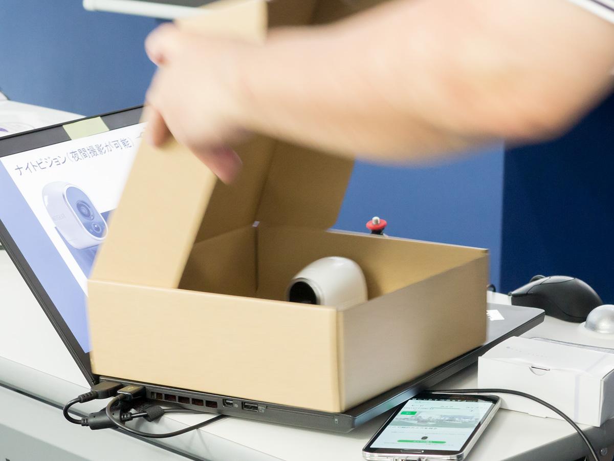 ナイトビジョンにも対応する。段ボール箱の中に「ARLO」を入れて蓋を閉めても、箱内の文字を視認することができる