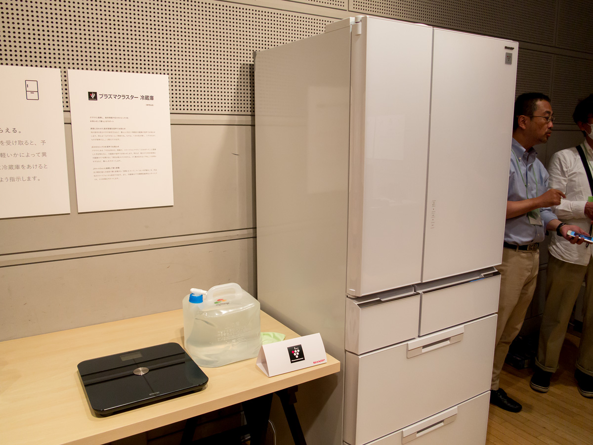 参考出品のネットワーク連携冷蔵庫。ネットワークに連携する体重計でしきい値を設定しておき、体重がしきい値を下回った場合、冷蔵庫を開けると「ご褒美のビールが冷えてます」といったアナウンスを流す。メーカーが違っても連携できるのが「myThings」のメリットとなる
