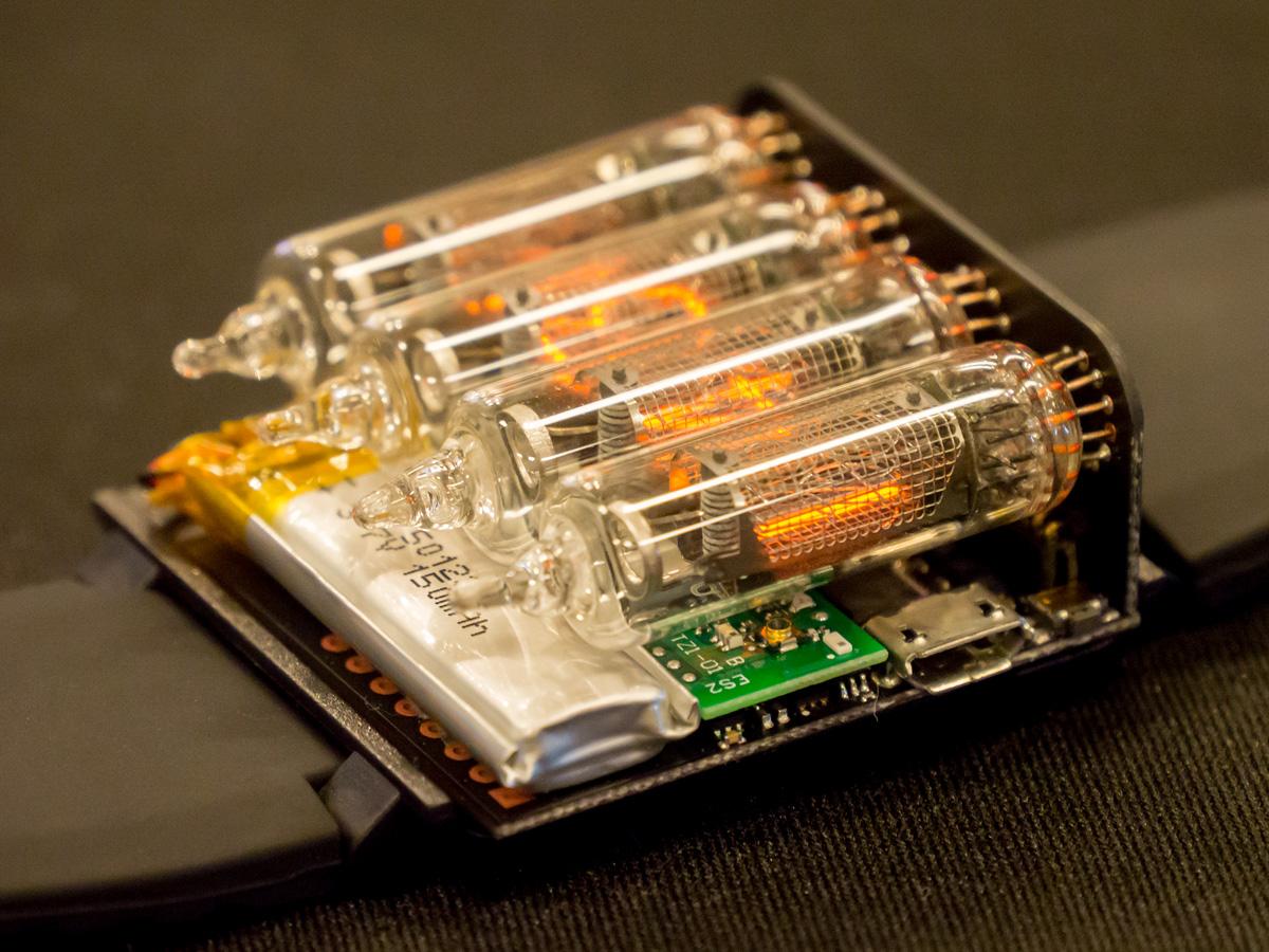 ニキシー管の下に純正バッテリーと「Blue Ninja」のほか、オリジナルのボードが埋め込まれている。microUSB端子は充電用のもの