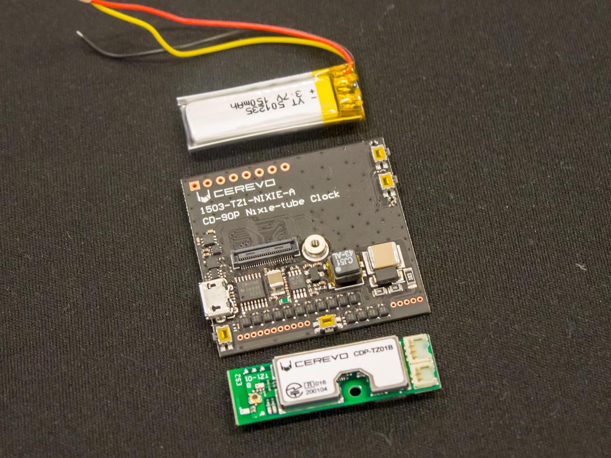 今回のデモ用に自作したという「Blue Ninja」を搭載するオリジナル基板。ニキシー管のドライブには高電圧が必要なため、下部右側に昇圧回路を組んでいる。なお、バッテリーの連続稼働時間は1時間程度だが、時刻を確認する時だけ表示すればそれなりに持つという