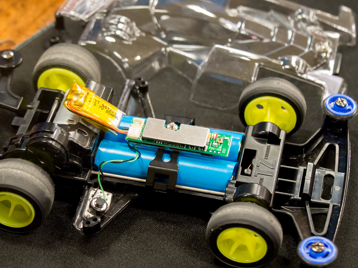 「Blue Ninja」をテレメトリーシステムとして搭載したミニ四駆。バッテリーと「Blue Ninja」のみでも動作するため、こういった使い方も可能