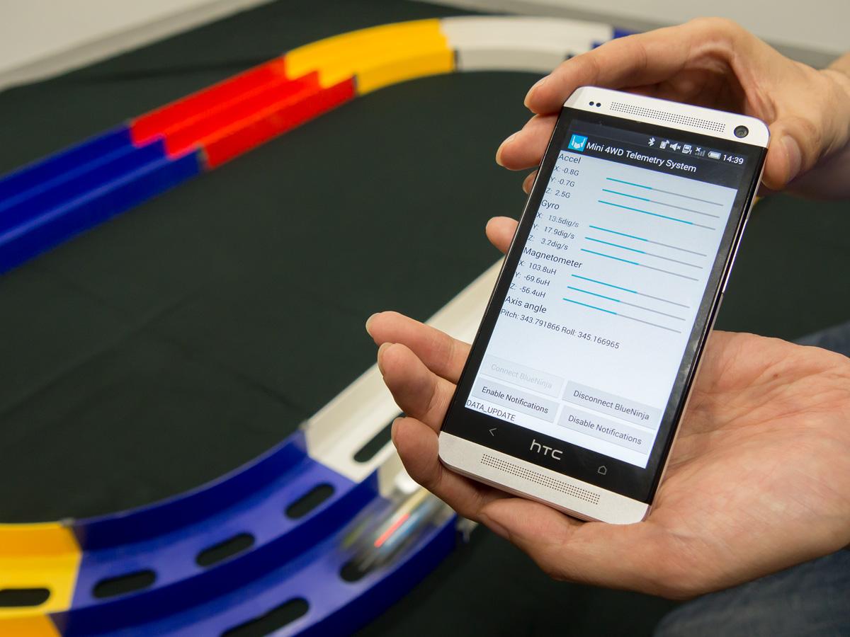 スマートフォン側で加速度や方角などをリアルタイムで取得できる