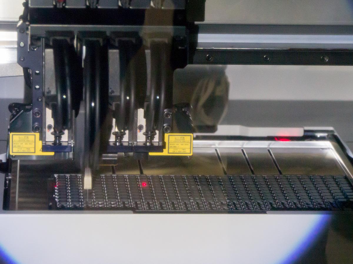 小型なパーツはリール状に巻かれた状態でセットする。TZ1001は奥のトレイから配置される