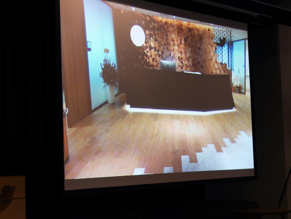 受付の床には木目調とコンクリートを採用