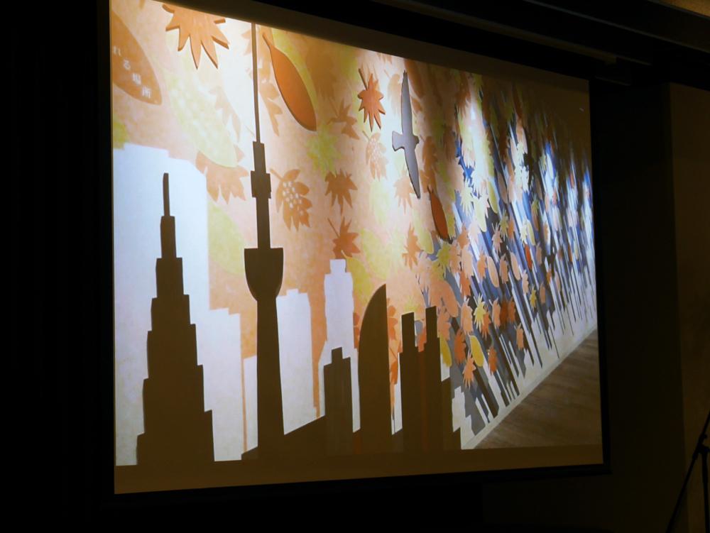 大会議室の壁には明るい絵が描かれており、黒い天井と対照的なデザインになっている