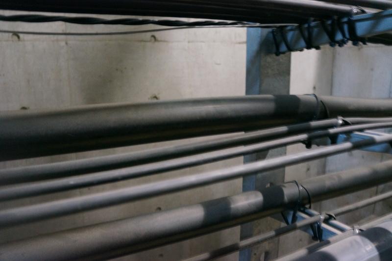 「とう道」を通るケーブル。太い方がメタルケーブル、細い方が光ファイバーケーブル
