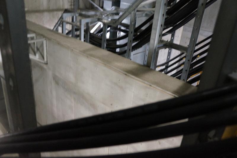 「とう道」と局舎の間には防水のための隔壁が設けられており、ケーブルも人も一度その上を越える構造になっている