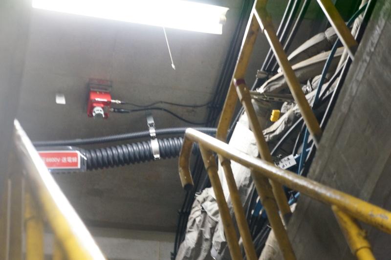 天井の可燃性ガスセンサー(赤い装置)。上をガス管が通っているという