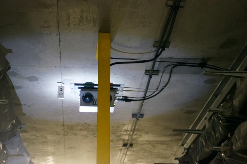 避難誘導灯。非常時にはサイレン、スピーカー音声などで知らせ、避難誘導灯で避難路を示す