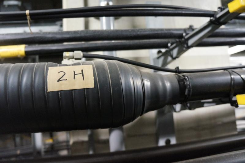 通信ケーブルには細い管から常に空気を送り込んで63.7キロパスカルの圧力をかけている
